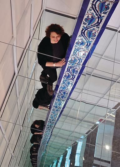 Sonsuz Sütun, Emire Konuk, 2012. 2013 Contemporary Istanbul'da eseri sergilenen sanatçı İznik Çinilerinin suyolu motifini eserine dahi etmiş. Suyolu motifi, yaşamın sürekliliğini, yeniden doğuşu, bedensel ve ruhsal yenilenmeyi, sonsuzluğu simgeler.  Konuk, tabanı ve tavanı ayna ile kaplanmış mekanın ortasına 3 m yüksekliğinde bir çini sütun yerleştirdiği bu Enstalasyonu ile sonsuzluk hissini yaşatıyor. Fotoğraf:www.emirekonuk.com