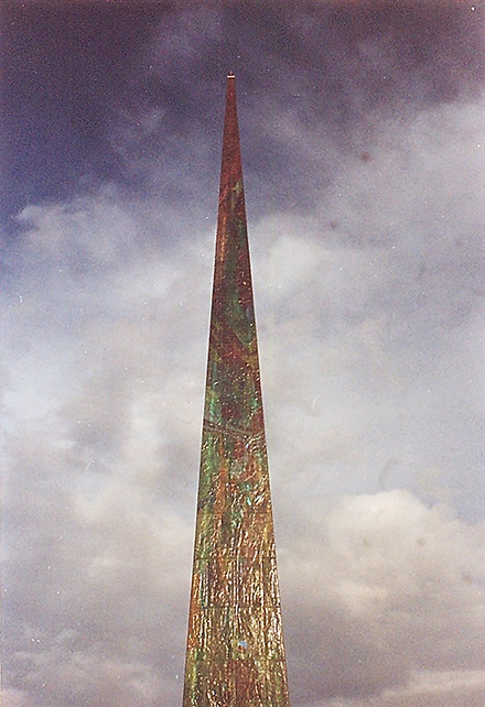İspanya'nın Galiçya bölgesinde La Coruna'da 21. yüzyılı karşılamak için dikilmiş Milenyum Obeliski 50 m. yüksekliğinde, 3 ton ağırlığında, şehrin önemli olay ve kişilerinin işlendiği 178 kaya kristalinden oluşuyor. Obelisk, bir havuzun içinden yükseliyor ve geceleri aydınlatılıyor. Gerardo Porto tasarımlamış, cam heykeltıraşı Louis La Rooy uygulamış. Fotoğraf: Füsun Kavrakoğlu
