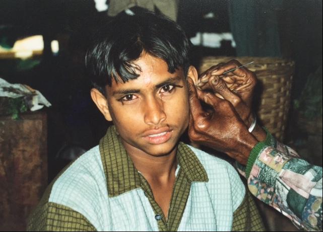 Günümüzde Hindistan'da da, özellikle Güney Hindistan'da gözleri hastalıktan ve güneşin şiddetli etkisinden korumak için bebeklikten başlanarak gözler sürmesiz bırakılmıyor. Fotoğraf: Füsun Kavrakoğlu, Kolkata, 2002.