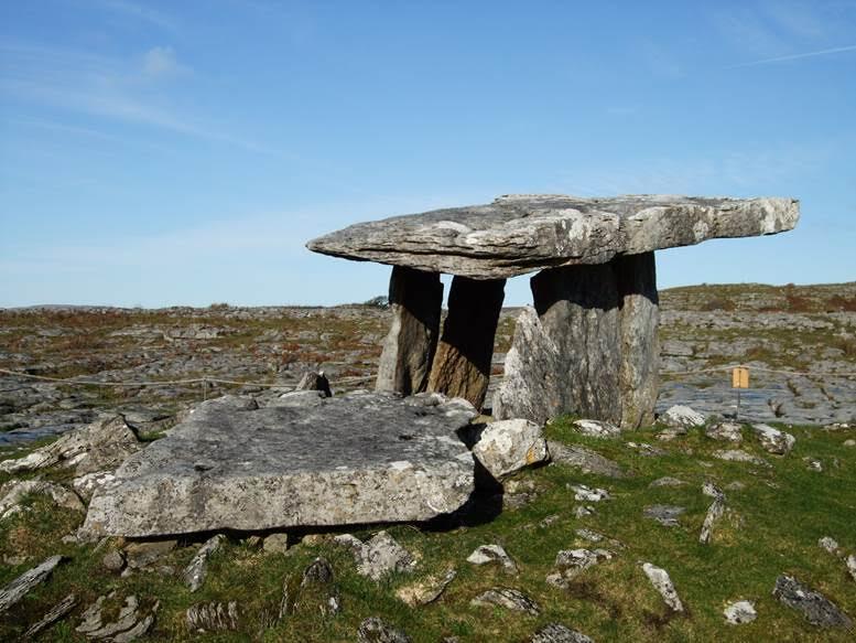 The Burren, İrlanda. Dolmen, büyük bir kayalık alanda yer alıyor. Oliver Cromwell (1599-1658) bu kayalık alana yüz bin İrlandalıyı sürüp, açlıktan öldürmüş. Fotoğraf:gloccamorra.com