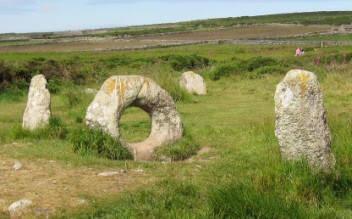 İngiltere'de, Cornwall'de Menantol'deki megalitik yapının da şifa verici nitelikleri bulunduğuna inanılır. İki sivri taş ile aralarındaki ortası delik kaya, belirli törenlerde kullanılmış. Kayanın ortasından geçmek, hem ana rahminden yeryüzüne çıkmayı, bir dünyadan bir başkasına geçmeyi simgeler. Bir gerçeklikten bir başkasına geçmek, eşikten geçmek, inançlarda önemli yer tutar. Kelt Tanrıçası Sheelanagig, öteki dünyaya bir geçiş, bir eşik sayıldığı için, birçok kutsal sayılan mekanın girişinde bu tanrıçanın kabartması bulunur. Fotoğraf: earth spirit essences