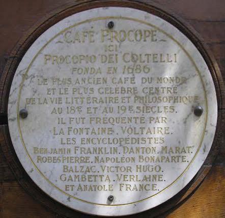 Café Procope'un dünyanın en eski café'si tabelası ve ünlü müşterilerinin adları. Fotoğraf: By Flickr: Jon And Megan