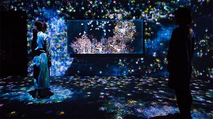 Flowers and People, Cannot be Controlled but Live Together – A Whole Year per Hour, teamLab. Borusan Contemporary'nin misafir ettiği Japon topluluk teamLab'in yukarıdaki eseri, sürekli değişim içindedir. Saatte bir mevsim değişir, çiçekler açar ve dökülür. Bu, önceden kaydedilmiş bir animasyon veya kendini tekrar eden bir iş değildir. Eser, gerçek zamanlıdır ve bir bilgisayar programı tarafından yürütülmekte, izleyici ile arasındaki etkileşimle sürekli değişmekte, önceki görüntü tekrar etmemektedir. Çiçekler gonca iken büyümekte, sararıp solmaktadır. Büyüme ve yok olma süreklidir. Ancak izleyicinin işe yaklaşımı ile çiçekler hızla yapraklarını döküp ölebilmekte ya da hayata dönüp, tekrar gelişip güzelleşmektedirler.  teamLab grubu, doğa ile insanın karşıt unsurla olmadığını, sağlıklı bir ekosistem için insan ile doğanın ortak çıkarları olan canlılar olduğunu düşünür. Fotoğraf:exhibition.team-lab.net