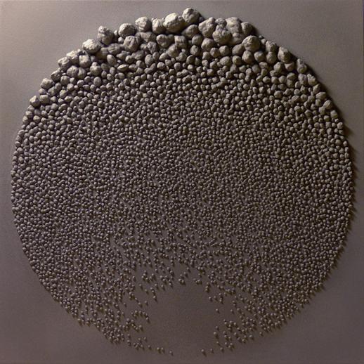 Stone Fields, Giuseppe Randazzo, 2009. İtalyan tasarımcının dijital heykeller serisinin çıkış noktası İngiliz sanatçı Richard Long'un boş araziler üzerinde gerçek taş ve kayalarla gerçekleştirdiği Arazi Sanatı eserleri. Randozzo ise eserlerini sanal taşlarla gerçekleştiriyor. Fiziki uğraş yerine zihni bir uğraş veriyor. Dijital sanatçı Randozzo görüntüleri bir yazılım vasıtasıyla, bilgisayarda düzenlenmiş olan ham modeli işleyerek, hiper-realist üç boyutlu görüntüler elde ediyor. Kullandığı algoritmalarla sanal taşlarını yaratıyor ve bir çemberin içine sanal taşlarını farklı düzenlerde yerleştiriyor. Bu kompleks işlerini daha sonra fiziki olarak da beyaz ve esnek polyamidden üretiyor ve püskürtme yoluyla boyuyor. Bir başka 3D sanatçısı ise Lee Griggs. Fotoğraf:www.thisiscolossal.com