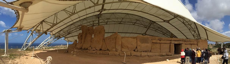 Malta'daki ilk megalitik tapınaklar MÖ 3600'lü yıllara tarihleniyor. Adanın güney batısında yer alan Hagar Qim Prehistorik Tapınağı ise yaklaşık MÖ 3300 yıllarına ait. Dış duvar boyunca yer alan en yüksek megalit 5.2 m yüksekliğinde. Bir ana ve iki yan yapıdan oluşan tapınaktan pek çok taş ve kil heykeller çıkartılmış. Sağdaki bölümün arkasında ufak elips biçiminde bir delik bulunur. Bu deliğe Kahin Deliği adı verilmiş. Yaz gündönümünde yani 21 Haziranda güneş ışıkları bu delikten geçerek alçak taş levhalardan birini aydınlatıyor. Fotoğraf: Füsun Kavrakoğlu