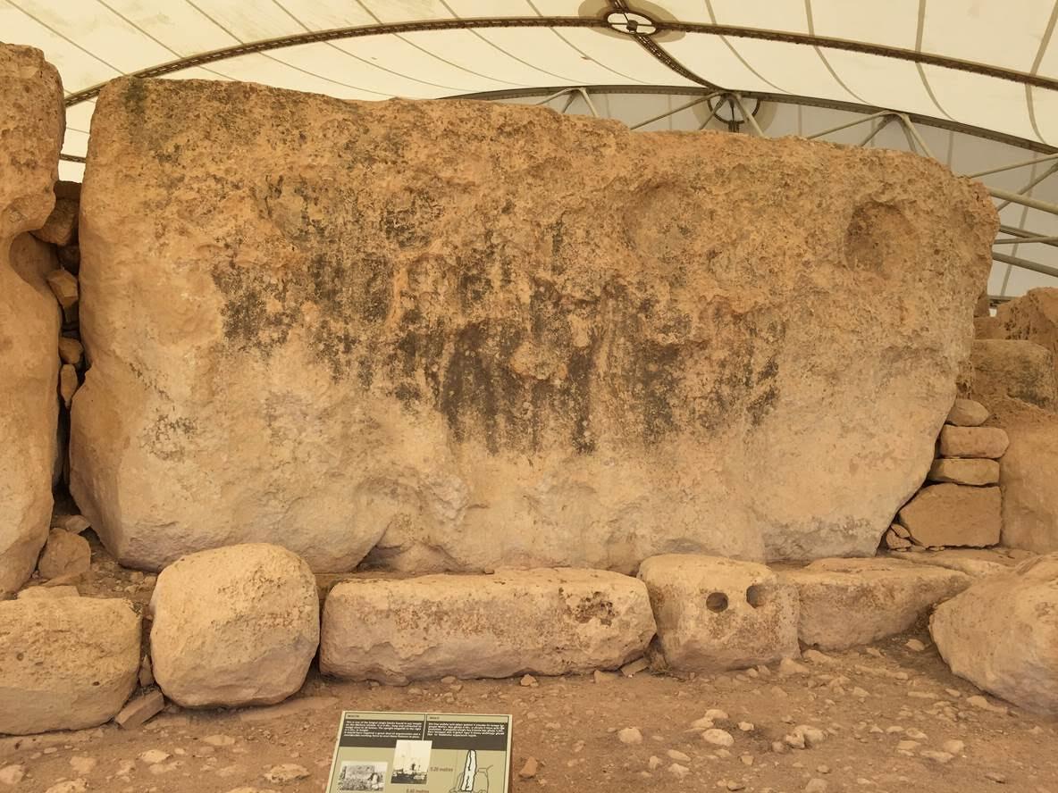 Aynı tapınakta dış duvar boyunca yer alan megalitlerden 3 m yükseklikte ve 6.40 m uzunlukta olanının 20 ton ağırlığında olduğu tahmin edilmektedir. Fotoğraf: Füsun Kavrakoğlu