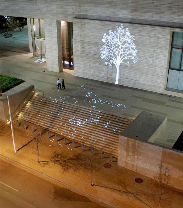 Tree, Simon Heijdens, 10th Anniversary, Austin Texas 2014. Sanatçının MoMA ve Victoria & Albert Museum'da sergilenen 2004 yılında ortaya koyduğu en ünlü ışık Enstalasyonu 10. yılında Texas'da sergilendi. Eser bu on yılda dünyada pek çok şehri gezmiş. Fotoğraf:www.simonheijdens.com