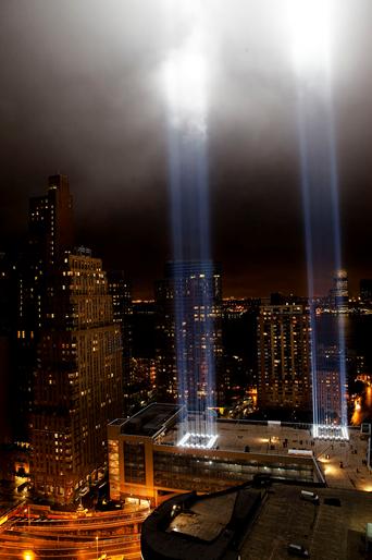 The Tribute in Light,  Julian LaVerdiere ve Paul Myoda.  Japon-Amerikalı heykeltıraş Paul Myoda (1967-), ışıklı ve hareketli eserlerini teknolojiyi kullanarak, yeni medya ve endüstriyel materyallerle yapıyor.  1971 doğumlu tasarımcı Julian LaVerdiere ile Myoda, 11 Eylül saldırılarıyla yıkılan Dünya Ticaret Merkezleri'nin anısına bir ışık Enstalasyonu gerçekleştirdiler. Eser, ışıktan iki dikey kolon ile yıkılan binaları canlandırıyor. Havanın bulutlu olmadığı gecelerde ışıktan kolonlar 100 km öteden görülebiliyor. Eser her yıl anma için tekrar canlandırılıyor. Ancak ışıklar, göçmen kuşları hapsediyor. Kuşların kaçabilmesi için, ışıkların 20 dakikalık aralarla söndürülmesi gerekiyor. Fotoğraf:en.wikipedia.org- Dan Nguyen.
