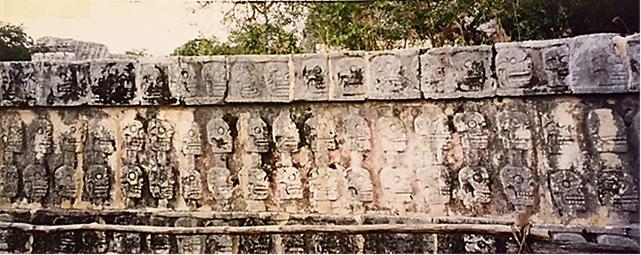 Eski Chichen Itza, Kafatası Tapınağı, Meksika. Bir Maya (550-900) yerleşimi olan Eski Chichen Itza'da bir insan kurban etme kuyusu da görmüştük. Fotoğraf: Füsun Kavrakoğlu