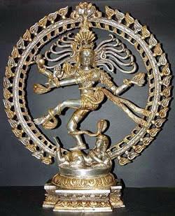 Şiva, Hinduizm'in tanrılar hiyerarşisinde en büyük tanrılardan biri. Tüm Hindu tanrılarının pek çok yönü oluyor. Tanrı Şiva'nın pek çok yönünden biri de Dansın Tanrısı olması, Nataraja. Nataraja'nın iki türlü dansı var. Biri eril, öbürü dişil. Eril dansın adı Tandava, yok oluşu sembolize ediyor. Dişil dansın adı ise Lasya, var etmeyi sembolize ediyor. Yok oluş ve sonrasında varoluş ve tam tersi, bir döngü halinde. Bu yüzden tanrı, bir çemberin içinde betimleniyor. Fotoğraf: www.cbseguess.com
