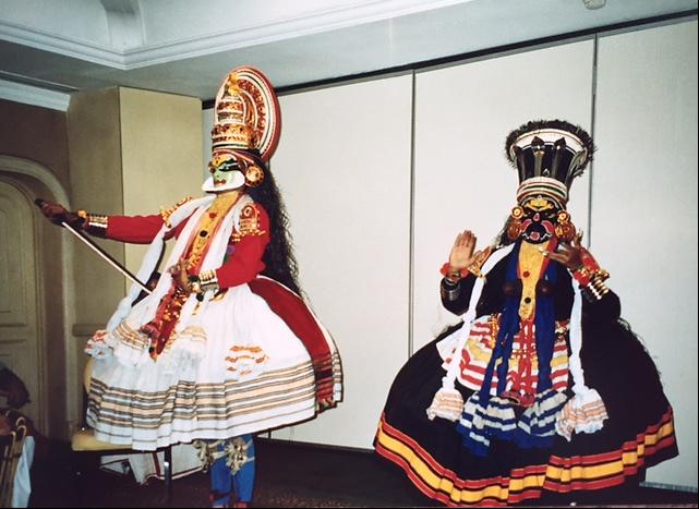 Kathakali temsilinde Tanrı ve kahraman rolü oynayanlar yüzlerini yeşile, kadın rolündekiler sarıya, kötüler ise yüzlerini kırmızı veya siyaha boyarlar. Kerala Eyaleti, Koçin şehri. Fotoğraf: Füsun Kavrakoğlu