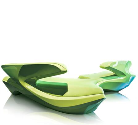 Zaha Hadid'in kendi adını taşıyan bir tasarım galerisi de vardı. Zephyr adını verdiği kanepenin tasarımında, kayaların yıllar içinde rüzgarla edindiği doğal formlardan ilham aldığını söylediği ürün, tek veya çoğaltılarak kullanılabilecek şekilde düşünülmüş. Fotoğraf: Zaha Hadid Design