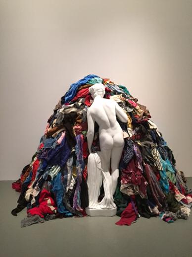 Venus of the Rags (Paçavraların Venüs'ü), Michelangelo Pistoletto, 1967. Klasik döneme ait bir heykel gibi görünen ama bahçe süslemesi olarak kullanılan kitsch bir heykel ile paçavralar. Sanki eski ile yeni iletişim halinde. Eski ile yeni arasında çarpıcı farklılıklar da net: sert-yumuşak, değerli- değersiz, estetik değeri olan-olmayan, tek renkli-çok renkli, durağan-hareketli, kültür-günlük hayattaki önemsiz işler gibi. Fotoğraf: Füsun Kavrakoğlu, 2015 İstanbul Bienali İstanbul Modern.