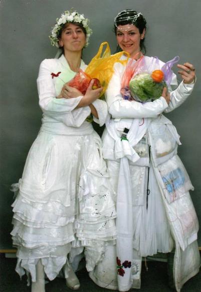 Gelinler Yolda adlı Performansta Pippa Bacca ve Silvia Moro yol boyunca barış simgesi olarak beyaz gelinlikler giymişlerdi. Fotoğraf: www.bobwiseman.ca