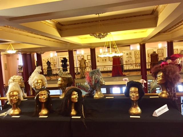 Kadıköy Belediyesi Süreyya Operası fuayesinde sergilenen peruklardan bazıları. Fotoğraf: Füsun Kavrakoğlu