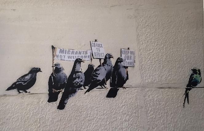 Global Karaköy'de 2016 yılının başında açılan Banksy sergisinden. Umberto Eco, Batı'nın göçmen karşıtlığının özünde, göçmen akımlarının baskısı altında yabancı kültürlere boyun eğebilme kaygısının yattığını savunur. Fotoğraf: Füsun Kavrakoğlu