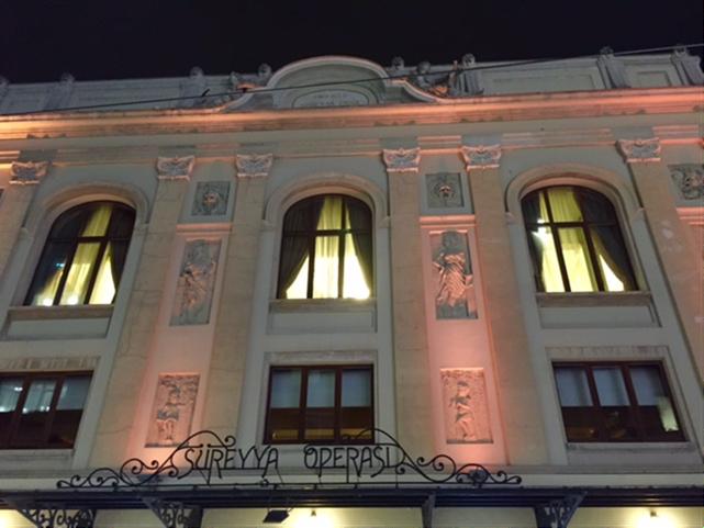 Müzik ve sahne sanatlarına uygun bir bina yaptırmak isteyen, aynı zamanda konser, konferans, dans, balo, çay, nişan-düğün gibi sosyal ihtiyaçları da karşılayacak bir bina tasarlamak için Süreyya İlmen Paşa  (1874-1955) Avrupa'daki ünlü opera ve tiyatroları gezer. Paris'in Champs-Élysées Tiyatrosu'nun fuayesinden, iç bölümler için ise Alman tiyatrolarından örnek alarak binayı tasarlatır. Üç yıl süren binanın yapımı 1927 yılında tamamlanır. Uzun yıllar sinema salonu olarak kullanıldıktan sonra 2007 yılında restorasyon sonrası Anadolu Yakası'nın birinci, Türkiye'nin ise altıncı Opera binası olarak açılır. Kadıköy Belediyesi Süreyya Operası fuayesinde sahne sanatlarında kullanılan orijinal kostüm ve aksesuarlar, orijinal kostüm çizimleri opera ve bale eserlerindeki örnekleriyle sergileniyor. Sergi 6 Haziran 2017 tarihine kadar devam edecek. Fotoğraf: Füsun Kavrakoğlu