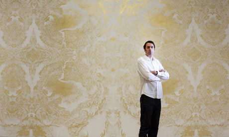2009 yılında Turner Ödülü bir grafiti sanatçısına verildi: Richard Wright. Wright, Tate'in büyük duvarlarından birini altın varakla çizdiği karmaşık, yoğun desenlerle kaplamıştı. Kretuar (maket bıçağı) ya da şablon kullanmıyordu. Tek bir iğne ve üstünde birçok iğne bulunan bir tekerlekle kağıdın üstüne desenlerini çiziyordu. Sprey boya yerine bu iğne deliklerinden geçen tebeşir kullanmıştı. Tebeşirin bıraktığı izlerin üzerindeki kağıdı kaldırıyor ve altın varağı buraya yapıştırıyordu. Ama eser yine de geçiciydi. Turner Ödülü sergisi bittiğinde üzeri boyanacaktı. Wright da dönemin sanatçıları gibi kalıcı olmak istemiyordu; dünyada çok fazla öteberi olduğunu düşünüyordu. Fotoğraf: www.theguardian.com