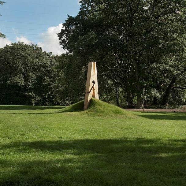 """Ten (Skin), Mehmet Ali Uysal, 2010. Bu çalışma, The Independent'ın """"Dünyanın En İyi 10 Kamusal Sanat Örneği"""" listesine üçüncü sırada yer aldı. Uysal'ın bu işi, Belçika'nın Liege kentinde. Fotoğraf:www.ignant.de"""