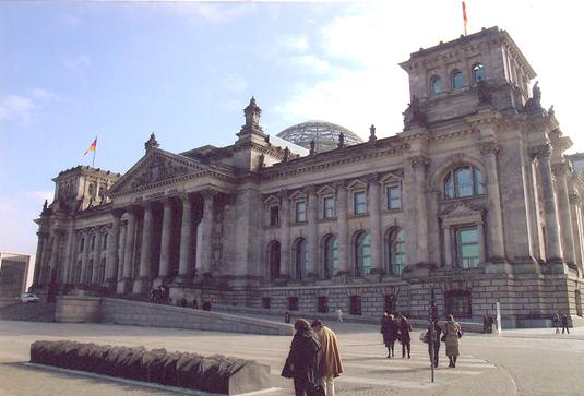 Reichstag, Berlin, Almanya. 1894 yılında yapımı tamamlanan Neo-Barok bina 1933 yılına kadar İmparatorluğun ve Weimar Cumhuriyeti'nin parlamento binasıydı. Büyük cam bir kubbesi vardı. İkinci Dünya Savaşı'nda çok zarar görmüş olan kubbe 1954'te kaldırıldı. Berlin Duvarı'nın Batı kısmında kalmıştı ve Duvar hemen yakınından geçmekteydi. 1972'den itibaren Bundestag'ın ( Lower House of Parliament – Yasama Organı Meclisi ) Berlin ofisi ve kongre merkezi olarak kullanıldı. 1990'da birleşmiş Almanya'nın ilk Bundestag toplantısı burada yapıldı. 1991'de ise Berlin'in yeniden başkent olması kararlaştırılınca binanın tüm Almanya'nın parlamento binası olmasına karar verildi. Başkentin Bonn'dan Berlin'e taşınma kararı 338 evet, 320 hayır oyu ile alındı. Fotoğraf: Füsun Kavrakoğlu