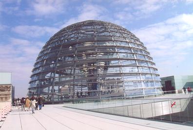 Reichstag binasının yeniden yapımı için yarışma 1992'de açıldı. 1993'te üç mimari proje yarışmayı kazandı. Hiçbirinin mimarı Alman değildi. Council of Elders, Norman Foster'ın projesinin uygulanmasına karar verdi. Aynı kurul, 1994 yılında Reichstag binasının kubbesi olması gerektiğine karar verdi ki bu, Foster'ın projesinde yoktu, birinci gelen projelerden biri olan Santiago Calatrava'nın projesinde vardı. Tarihi Reichstag binasının dışı bırakıldı, tüm içi yıkıldı. 1999'da parlamento Bonn'dan Berlin'e taşındı. Fotoğraf: Füsun Kavrakoğlu