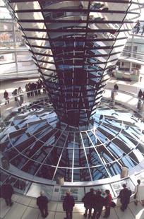 Reichstag kubbesinin içinde tabanda yer alan camlardan toplantı salonunu izlemek mümkün. Konideki açılı aynalardan gün ışığı yansıyarak binanın elektrik kullanım ihtiyacını azaltıyor. Koni aynı zamanda kirli havanın toplantı salonundan dışarı atılmasını sağlıyor. Tarihi binada da mevcut olan büyük borularla toplantı salonunun altından temiz hava veriliyor. Temiz hava taban döşemesinde filtre edilerek salona giriyor. Binanın ısıtması rapiska yağından üretilen biyolojik dizel ile yapılıyor. Cam kubbenin tepesi açık, koniden gelen kirli hava buradan tahliye ediliyor. Fonksiyon ile teknolojiyi birleştiren bir akıllı bina örneği. Fotoğraf: Füsun Kavrakoğlu