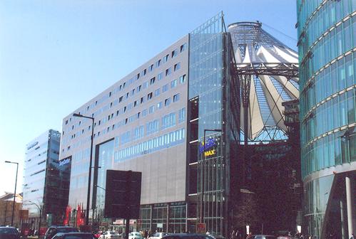 Berlin'in yeni binaları arasında yer alan 26 katlı, cam cepheli Sony Center 103 m. yüksekliği ile Potsdamer Platz'ın en yüksek binası.  Mimarı, ABD'ye yerleşmiş, cam ve çelik mimarisinde usta, Almanya'da pek çok eseri bulunan bir Alman, Helmut Jahn. Yerine yapıldığı 1911'in lüks oteli Esplanade'ın iki odası da yeni bina ile bütünleşmiş. Fotoğraf: Füsun Kavrakoğlu
