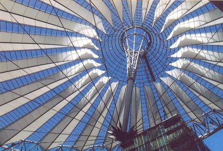 Sony Center'ın, oval, tenteye benzeyen cam çatısı çelik halat ve direklerle inşa edilmiş, plazanın üzerinde dalgalanıyormuş hissi veren bir mühendislik harikası. Fotoğraf: Füsun Kavrakoğlu