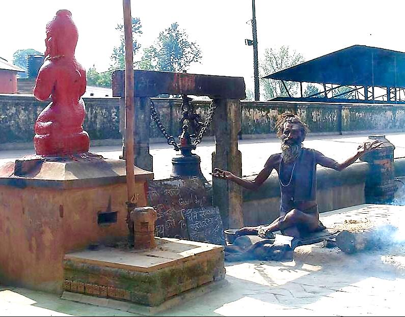 Nepal'de Şiva tapınaklarının en kuzeyde olanı, dolayısıyla da en kutsalı Patsupatinah Tapınağı'nda bir Sadhu. Patsupatinah, kutsal nehir Bagmati'nin kıyısına kurulmuş bir tapınaktır. Fotoğraf: Füsun Kavrakoğlu