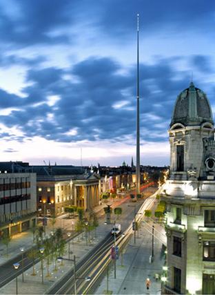 Spire of Dublin/Dublin İğnesi, Ian Ritchie, 1998. Dublin'de IRA'nın 1966'da bombaladığı Nelson Anıtı yerine yapılmış, formu ve aydınlatması ile Dublin'in yeni simgesi olmuştur. Paslanmaz çelikten 121,2 m uzunluğundaki İğne, dünyanın en uzun anıtı olmuştur. 2004 yılında RIBA Stirling Ödülü finalisti seçilmiştir. Fotoğraf:www.ianritchiearchitects.co.uk