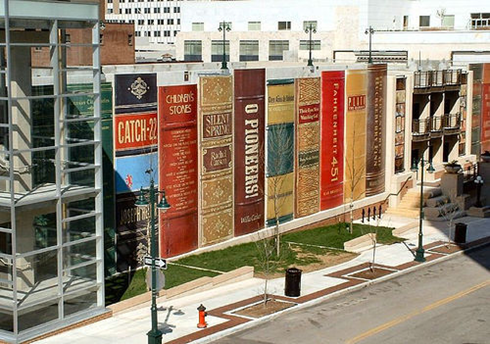 50 milyon dolara mal olan, 2004 yılında tamamlanan Kansas Halk Kütüphanesi'nin cephesi kitaplık rafına dizilmiş kitaplar şeklinde tasarlanmış. Fotoğraf: Designcoholic