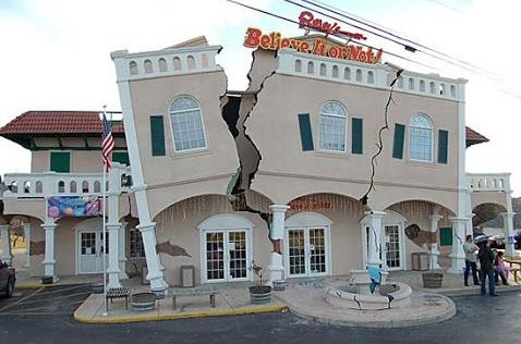 Kanada'nın Ontario şehrinde yer alan Ripley Binası'nın kırılmış/çatlamış görüntüsünü veren özellikleri yerli ve yabancı turistler için bir cazibe merkezi olmayı sürdürüyor. 2003 yılında tamamlanan bina, 1812'de yaşanan 8,0 büyüklüğündeki depremi anımsatıyor. Kurucusu Robert leRoy Ripley'in adıyla anılan TV şovunun idari binası olarak kullanılıyor. Dünyadaki en ilginç mimari yapılar listelerinde yer alıyor. Fotoğraf: www.youtube.com