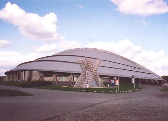 Norveç, Lillehammer'daki spor salonu. Ters dönmüş bir Viking gemisini yansıtan bu bina kış olimpiyatları için 1994 yılında açılmış. Fotoğraf: Füsun Kavrakoğlu