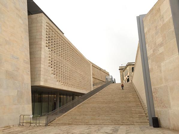 2009-2015 yılları arasında Malta'nın başkenti Valletta'da İtalyan çok ödüllü mimar Renzo Piano'nun gerçekleştirdiği proje dört bölümden oluşuyordu: şehrin giriş kapısı, şehir surlarının hemen dışı ve peyzajı, eski operanın yıkıntıları arasına açık hava tiyatrosu ve yeni parlamento binası.  Fotoğraf: Füsun Kavrakoğlu