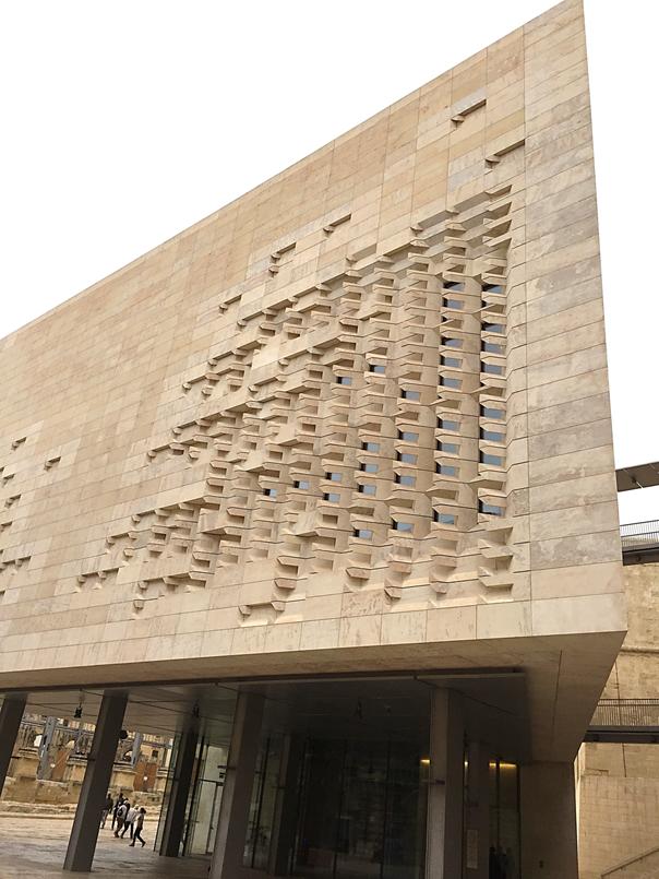 Yeni Parlamento binasının zemin katı şehirdeki kültürel aktivitelerin yer alabileceği, çoklu ortam hizmeti verilebilen şekilde tasarlanmış. Bu aktivitelerin yapıya canlılık katacağı düşünülmüş. Burası geçici veya daimi sergiler için ideal bir mekan. Bu bölüm binanın dışından da görülebildiği için şehrin girişinde kültürel bir alan oluşturuyor. Fotoğraf: Füsun Kavrakoğlu