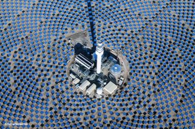 ABD'de Nevada'da kurulan 110 megavatlık Crescent Dunes Güneş Enerjisi Santrali'nde, güneşin ısıl enerjisini toplamak için, heliostat (gündüşürücü) adı verilen 10 bini aşkın ayna kullanılıyor. İki adet eriyik tuz deposunda tutulan ısı, buhar elde etmekte ve talebin en üst düzeye çıktığı dönemlerde 75 bin eve elektrik sağlamakta kullanılıyor. Crescent Dunes Güneş Enerjisi Santrali'nin havadan çekilmiş fotoğrafını içeren James Stillings'in projesi daha sürdürülebilir bir gelecek inşa etme çabasını belgelemeyi amaçlıyor. Güneş enerjisi gibi bir fikir dahi, daha önce doğal halinde olan bir arazinin insan kullanımına açılması anlamına geliyor. Gündüşürücülerin geometrileri, açıları ve ölçüleri, ortaya çıkardıkları soyut gölgeler. Fotoğraf:www.tumblr.com