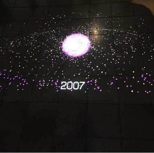 İstanbul Kültür Sanat Vakfı tarafından 2016 yılında düzenlenen 3. Tasarım Bienali'nde Galata Özel Rum İlköğretim Okulu'nda yer alan Biz İnsan mıyız? başlıklı sergiden. Glasgow'dan Stuart Grey'in Uzay Çöpü adlı araştırması, 1957-2016 yılları arasında uzaydaki çöp miktarını görsellerle ortaya koyuyor. 1957 yılı, ilk yapay uydu olan Sputnik 1'in SSCB tarafından uzaya fırlatıldığı sene. Araştırma, son 60 yılda insan üretimi nesnelerin dünyanın etrafında, yörüngede olduğunu ve bunların 20.000 kadarının radarla veya teleskoplarla yeryüzünden takip edilecek kadar büyük olduğunu ortaya koyuyor. Bu nesneler, uydulardan boş yakıt tanklarına, kopmuş metal parçalarından astronotların kaybettikleri el aletlerine kadar değişiklik gösteriyor. Dünyaya en yakın olan nesneler, yukarıdaki seyrek atmosferde eninde sonunda yavaşlayacak ve tek tük birkaç sefer dışında hepsi yanarak tekrar atmosfere girecekler. Atmosfere giremeyecek kadar uç noktada olanlar binlerce yıl yörüngelerinde kalarak bizim anıtımızı oluşturacaklar, diye yazıyor Stuart Grey. Sanatçı, gezegenimizin yörüngesinde giderek yayılan uzay çöpü kümelenmesini bir animasyon video ile görselleştirmiş. Nükleer atıkların on bin yıl boyunca radyoaktif güçlerini koruduğu biliniyor. Fotoğraf: Füsun Kavrakoğlu