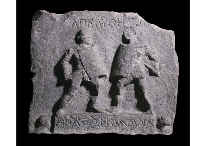 Romalı bir kadın, doktor, tüccar, hukukçu, gladyatör olabiliyordu ama politikacı olamıyordu. Bu alan kadınlara tümüyle yasaklanmıştı. Her iki Agrippina da sınırları epey zorlamışlardı ama dört yüzyıl daha sürecek imparatorlukta güçlü kadınların hiçbiri, siyasal haklar için isyan edemedi. Halikarnas (Bodrum) çıkışlı olduğu sanılan mermer rölyefte iki kadın gladyatör, Amazon ve Achillia görülüyor. Bu parça, British Museum'da sergileniyor. Aslında Colosseum'da dövüşen kadınların çoğunluğu, orada bir savaşçı olarak değil, bir kurban olarak bulunuyordu. Orada kadınların tecavüze uğradığı da oluyordu. Belgelerde anlatılanlara göre, arenadaki gladyatör yarışmaları bittikten sonra, sütunların arasında fuhuş yapılıyordu. Fotoğraf: The History Blog