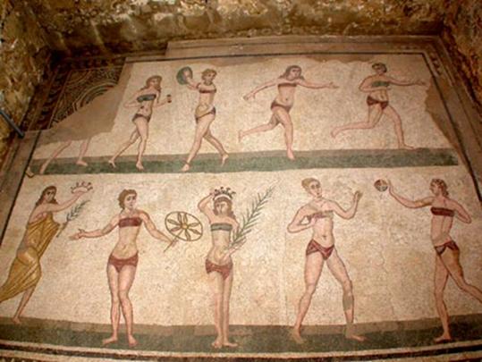 Sicilya'da, Geç Roma Dönemi'ne (MS 4. yüzyıl) ait Romana Del Casale villasının mozaikleri. Bu zengin mozaik koleksiyonunda en dikkat çeken parça, villanın Sala delle Dieci Ragazze (On Bakirenin Odası) adlı bölümde bulunan bikinili kızlar mozaiği. Mozaikte bikini giymiş on genç kız, ağırlık kaldırma, disk atma, koşu ve top oyunu gibi değişik sportif aktiviteleri yaparken betimlenmişler. Fotoğraf: Din Kültürü ve Ahlak Silgisi