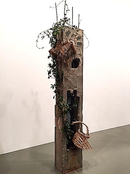 """Sütunlar, Marwan Rechmaoui, 2015. 1964 doğumlu Lübnanlı sanatçının İstanbul Bienali kapsamında İstanbul Modern'de yer alan bu eserlerinde Beyrut'un coğrafyasından ve tarihinden ilham aldığı biliniyor.  Kentleşme, güncel toplumsal ve davranışsal demografi sanatçının temaları arasında.  2015 Bienali'nin küratörü Christov-Bakargiev, """"Her şey politiktir,"""" diyordu. Sanatçı bir yandan çarpık şehirleşme olgusu üzerine düşünürken, bir yandan bölgenin savaş dolu tarihine gönderme yapıyor. Sanatçı, İstanbul Modern'in kütüphanesindeki rafların önünü pleksiglasla kapatarak bir nevi sansür uyguladı ve iki ay boyunca yalnızca kendisinin seçmiş olduğu 60 kitaba erişim hakkı tanıdı. Sütunlar, bombalandığı halde ayakta kalmayı başarmış ve yeşermiş olanla bir iyimserlik de barındırıyor. Fotoğraf: Füsun Kavrakoğlu"""