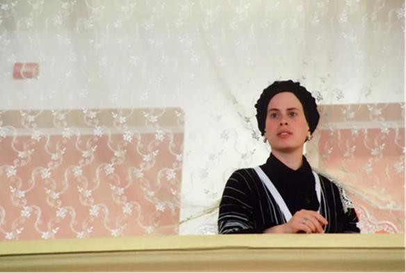 Ukrayna'nın Lviv kentindeki Hasidik Sinagogu'ndan. Bu dindar kesimin üyeleri genelde erken yaşta ve çöpçatan aracılığıyla evleniyor ve düğün öncesi birbirlerini tanıma fırsatını pek bulamıyorlar. Evli kadınlar saçlarını göstermiyorlar. Fotoğraf: Füsun Kavrakoğlu