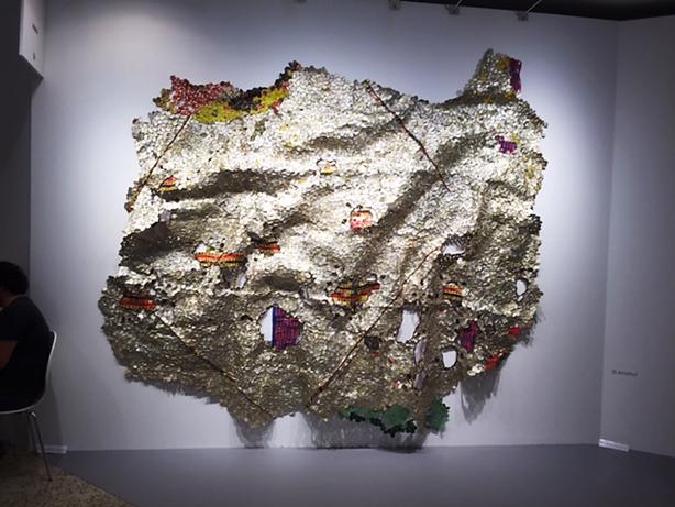 Ganalı kadın sanatçı El Anatsui, Contemporary İstanbul 2015'e şişe kapakları ve bakır tellerden yaptığı büyük boy duvar süslemeleri ile katıldı. Eserleri uzaktan kumaş gibi görünüyordu. Fotoğraflar: Füsun Kavrakoğlu