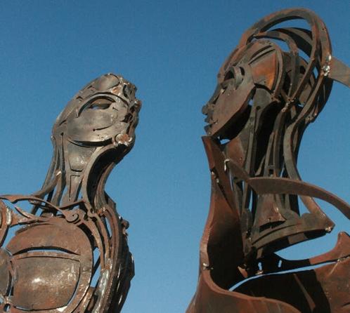 Heykeltıraş Kazım Karakaya (1971-) 2014 yılında açtığı Dönüşüm adlı sergisindeki eserleri, beş aylık bir çalışma sonucunda, Bursa'daki demir-çelik fabrikasındaki atık malzemeleri kullanarak gerçekleştirmişti. Fotoğraf:www.futuristika.org