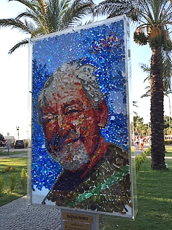 2015 yılında Bodrum Turgut Reis'te, D-Marin ve İnaf Gari sinema filmi ekibi tarafından düzenlenen Deniz Atığı Sanat Etkinliği çerçevesinde sanatçı Rıfat Koçak ve Deniz Gönüllüleri işbirliği ile hazırlanmış tablolar sergilenmekteydi. Denizden toplanmış pet şişe kapakları, gazoz kapakları, camlar gibi malzemelerle yapılmış tablolardan biri de Sadun Boro'nun portresi idi. Fotoğraf: Füsun Kavrakoğlu