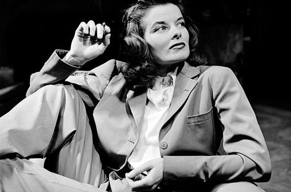 Hollywood yıldızlarının en özellerinden biri olan Katharine Hepburn (1907-2003), 1940 yılında George Cukor tarafından yönetilen, tüm haklarını satın aldığı, dolayısıyla da kendi isteklerini dayatabildiği, The Philadelphia Story adlı filmden başlayarak, oynadığı tüm filmlerde merkezde yer alan güçlü kadını canlandırdı; kadın cinselliğini ön plana çıkartan, erkeksi giysileri tercih eden, kadın savunusu yapan rolleri tercih eden oyunculardan biri oldu. Fotoğraf: gravitas magazine