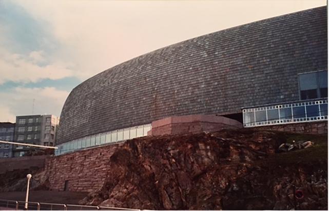 Domus, Museum of Mankind, La Coruna, Galiçya, İspanya. Mimarlar César Portela ve Arata Isozaki, 1991-1995. Minimalist Japon mimar Isozaki, Modernist ustaların yaptığının tam tersini yapmakta; biçimleri metafora uğratarak, onları bir araya getiren temel tasarım kurallarını bozmaktadır. Isozaki, kendisini şizo-eklektik olarak tanımlıyor. Isozaki günümüz Japon mimarlığının süper starı olarak kabul ediliyor. Bu mimar ve eserleri hakkında daha fazla bilgi için Karadeniz Teknik Üniversitesi Mimarlık Bölümünden Mustafa Kandil'in '95/262 Mimarlık Dergisi'ndeki yazısından yararlanabilirsiniz. Fotoğraf: Füsun Kavrakoğlu