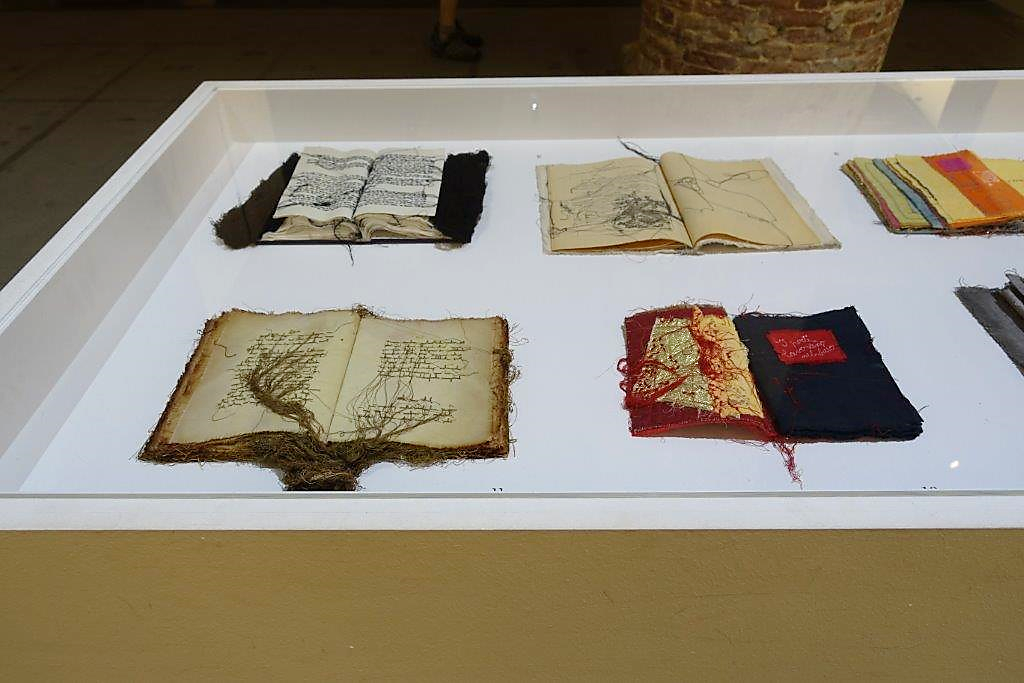 Dikilmiş Kitaplar, Maria Lai (1919-2013), 1996. 2017 Venedik Bienali. Fotoğraf: Füsun Kavrakoğlu