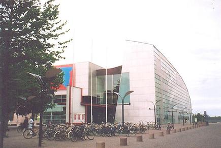 1998'de açılan Helsinki Kiasma Çağdaş Sanat Müzesi, Sydney Opera Binası ile Bilbao Guggenheim Müzesi karışımı bir bina. Binanın kendisi, ana sergi konusu. Kiasma, yeni müze ve sergileme konseptlerine göre tasarlanmış fikir alışverişlerinin olduğu, sanat ve kültürün sürekli olarak yeniden tanımlanmasına olanak veren bir açık forumdur. Kiasma, herkesin buluşabildiği, ulaşabildiği, tartışabildiği ve eğlendiği bir müze olarak tasarlandı. Müzenin programları geleneksel koleksiyon ve sergi aktiviteleriyle sınırlı değildir; halka açık çeşitli aktiviteler sık sık müze programında yer almaktadır. Fotoğraf: Füsun Kavrakoğlu