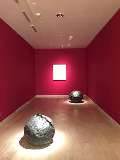 Uzamsal Kavram (tablo, 1960) ve Uzamsal Kavram Doğa (bronz), Lucio Fontana, 1959-60. Sabancı Müzesi, Zero Sergisi, 2015. Fotoğraf: Füsun Kavrakoğlu