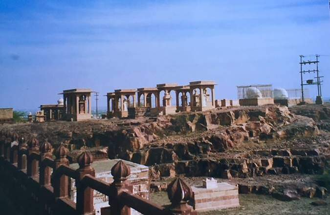Racistan'ın Jodpur kentinde Jaswant Thada adı verilen yerde 132 sati aynı mekana gömülmüştür. Fotoğraf: Füsun Kavrakoğlu, 2003.